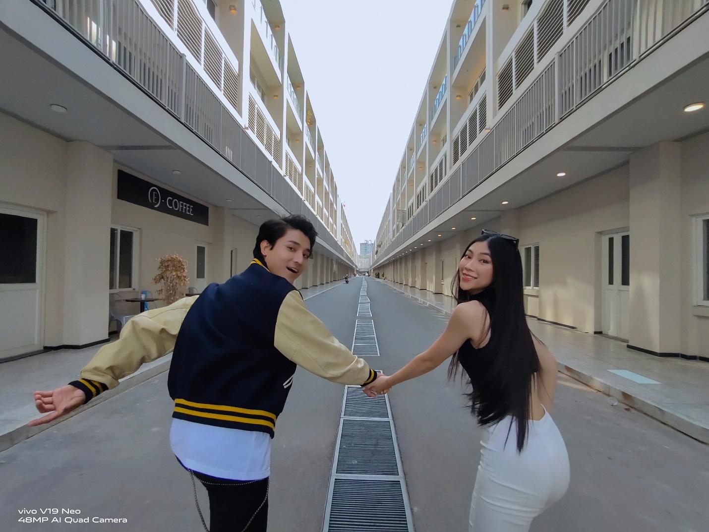 """Chẳng cần đi đâu xa, giới trẻ có thể sở hữu bộ ảnh street style """"thần sầu"""" với vivo V19 Neo ngay tại Sài Gòn - Ảnh 4."""