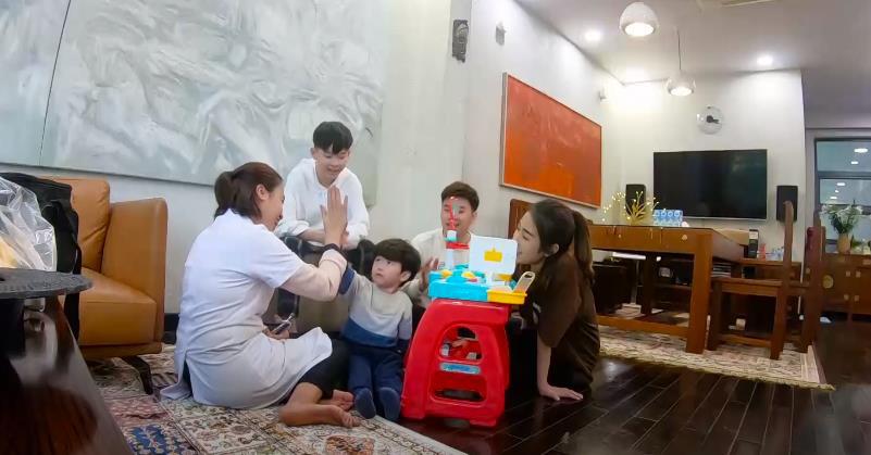 Trang Lou - Tùng Sơn cùng con đối diện với nỗi sợ bác sĩ trong Thử Thách Lớn Khôn - Ảnh 5.