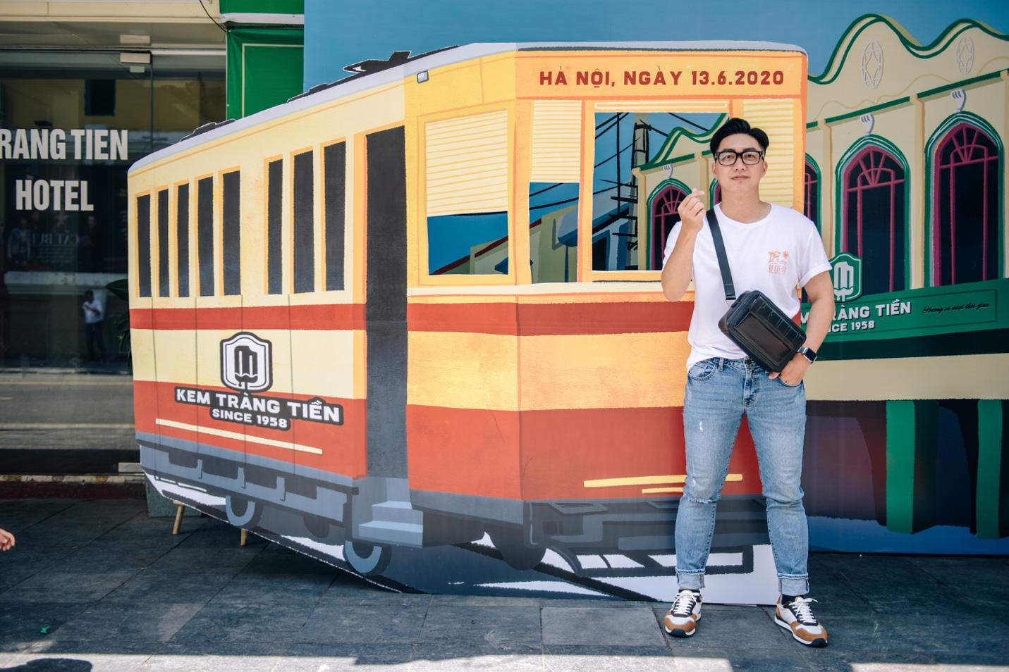 Dường như cả Hà Nội đều đang đổ về phố Tràng Tiền ăn kem, check-in với tàu điện xưa! - Ảnh 5.