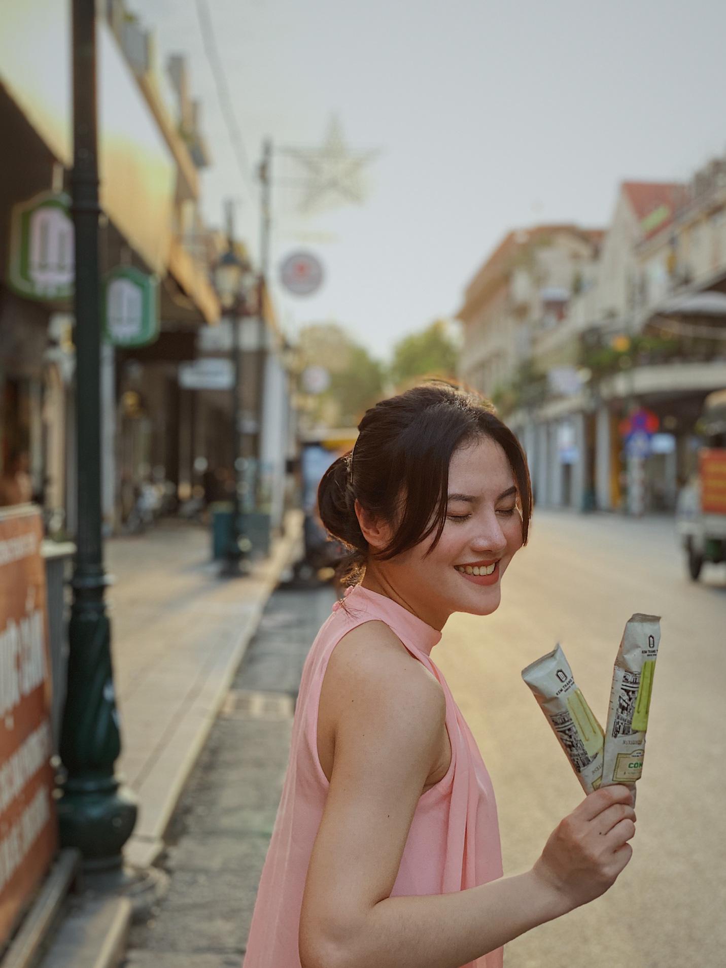 Dường như cả Hà Nội đều đang đổ về phố Tràng Tiền ăn kem, check-in với tàu điện xưa! - Ảnh 10.