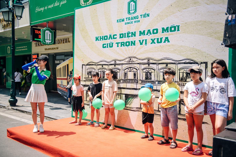 Dường như cả Hà Nội đều đang đổ về phố Tràng Tiền ăn kem, check-in với tàu điện xưa! - Ảnh 1.