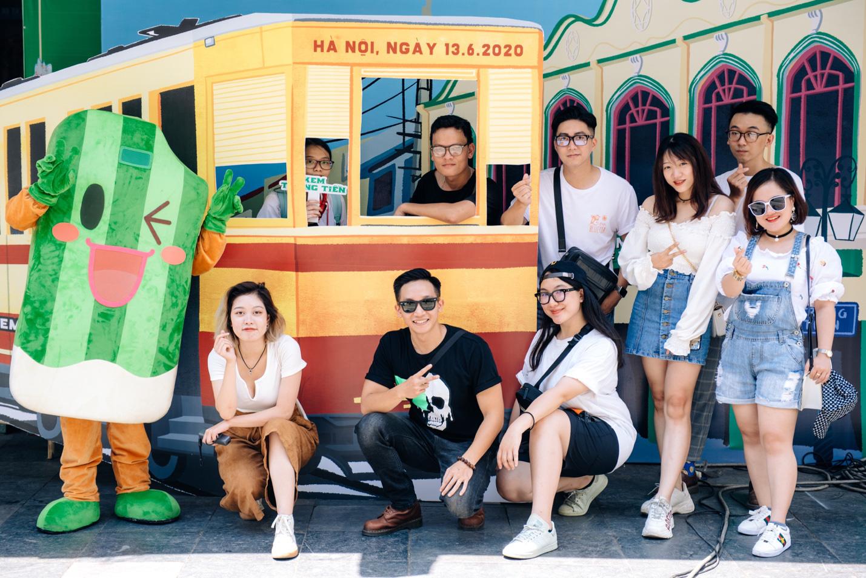 Dường như cả Hà Nội đều đang đổ về phố Tràng Tiền ăn kem, check-in với tàu điện xưa! - Ảnh 2.