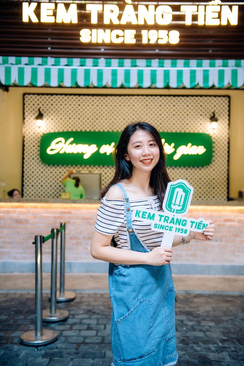 Dường như cả Hà Nội đều đang đổ về phố Tràng Tiền ăn kem, check-in với tàu điện xưa! - Ảnh 3.
