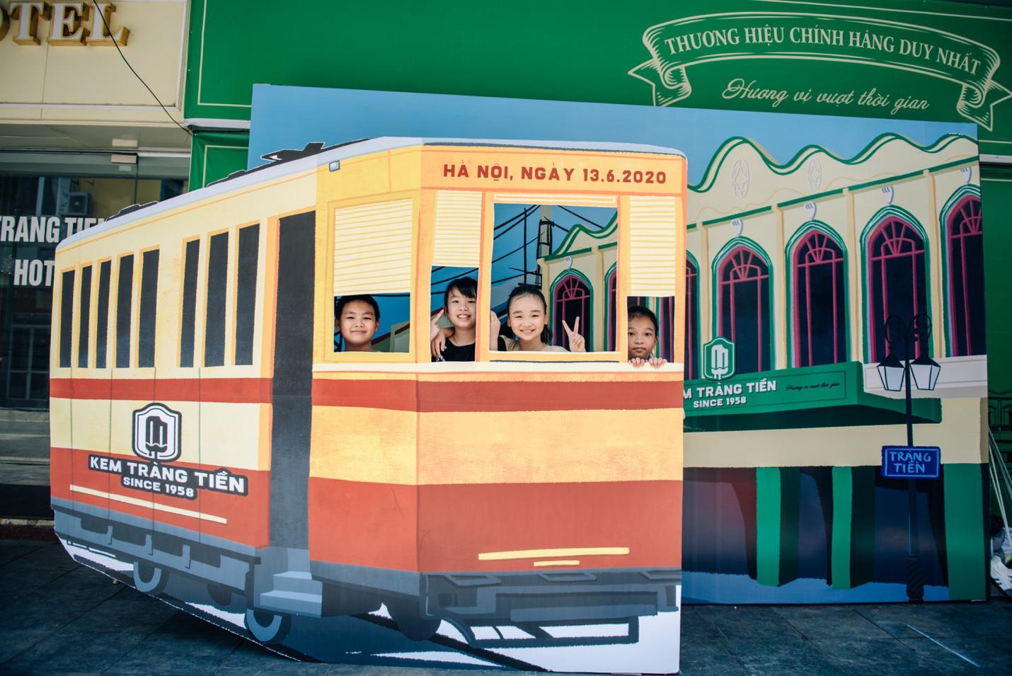 Dường như cả Hà Nội đều đang đổ về phố Tràng Tiền ăn kem, check-in với tàu điện xưa! - Ảnh 4.