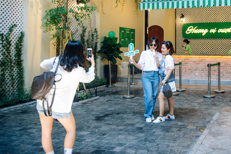 Dường như cả Hà Nội đều đang đổ về phố Tràng Tiền ăn kem, check-in với tàu điện xưa! - Ảnh 6.