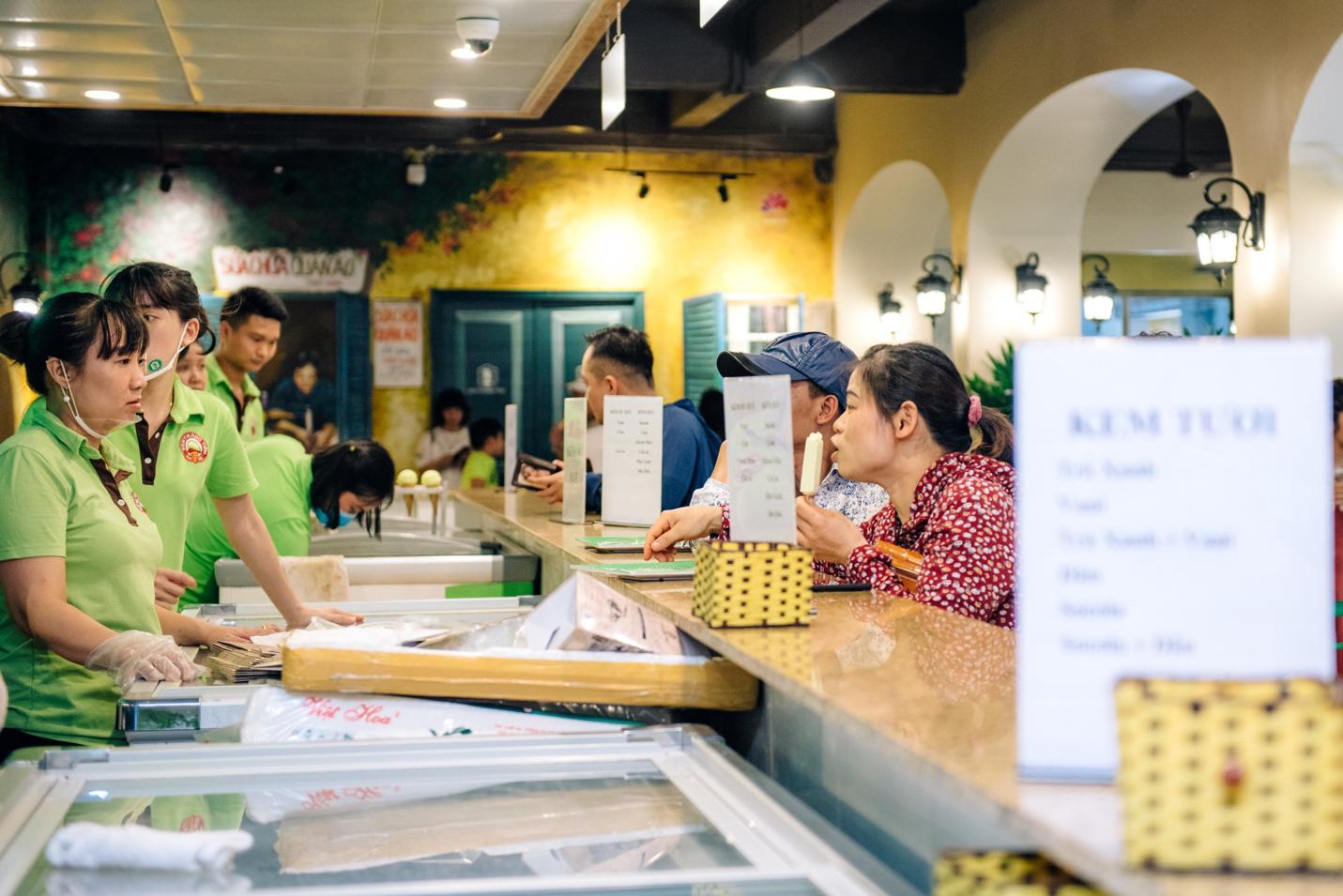 Dường như cả Hà Nội đều đang đổ về phố Tràng Tiền ăn kem, check-in với tàu điện xưa! - Ảnh 7.