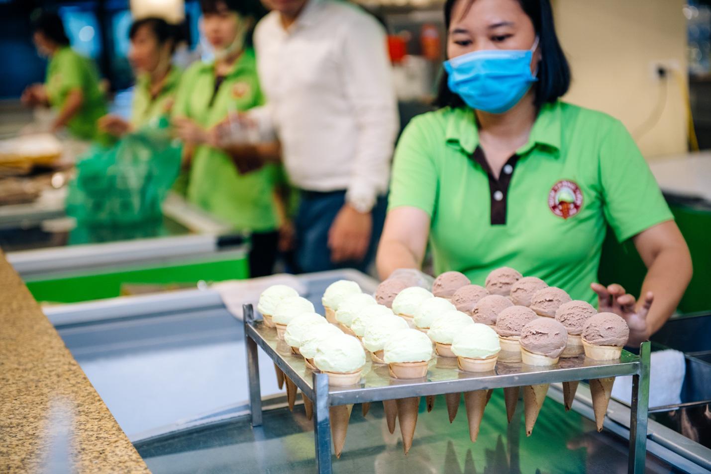 Dường như cả Hà Nội đều đang đổ về phố Tràng Tiền ăn kem, check-in với tàu điện xưa! - Ảnh 8.