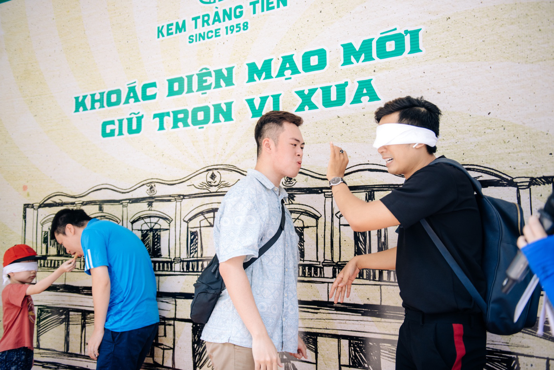 Dường như cả Hà Nội đều đang đổ về phố Tràng Tiền ăn kem, check-in với tàu điện xưa! - Ảnh 11.