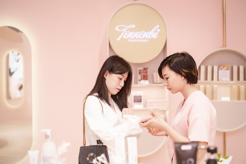 Vỡ trận trên con phố Bà Triệu trong Tuần lễ nhận quà tặng miễn phí của Chuỗi Trung tâm chăm sóc da và sức khỏe H&H - Ảnh 7.