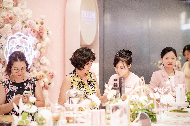 Vỡ trận trên con phố Bà Triệu trong Tuần lễ nhận quà tặng miễn phí của Chuỗi Trung tâm chăm sóc da và sức khỏe H&H - Ảnh 3.