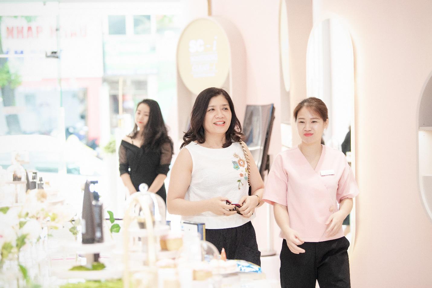 Vỡ trận trên con phố Bà Triệu trong Tuần lễ nhận quà tặng miễn phí của Chuỗi Trung tâm chăm sóc da và sức khỏe H&H - Ảnh 6.