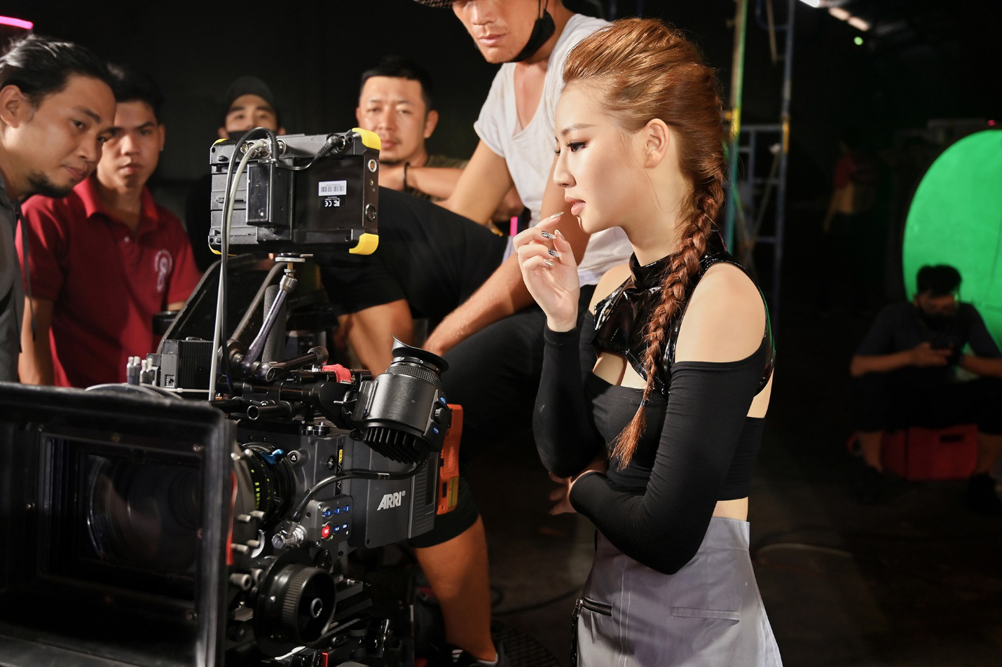 Amee xinh bá đạo trong hậu trường MV Yêu Thì Yêu Không Yêu Thì Yêu - Ảnh 4.