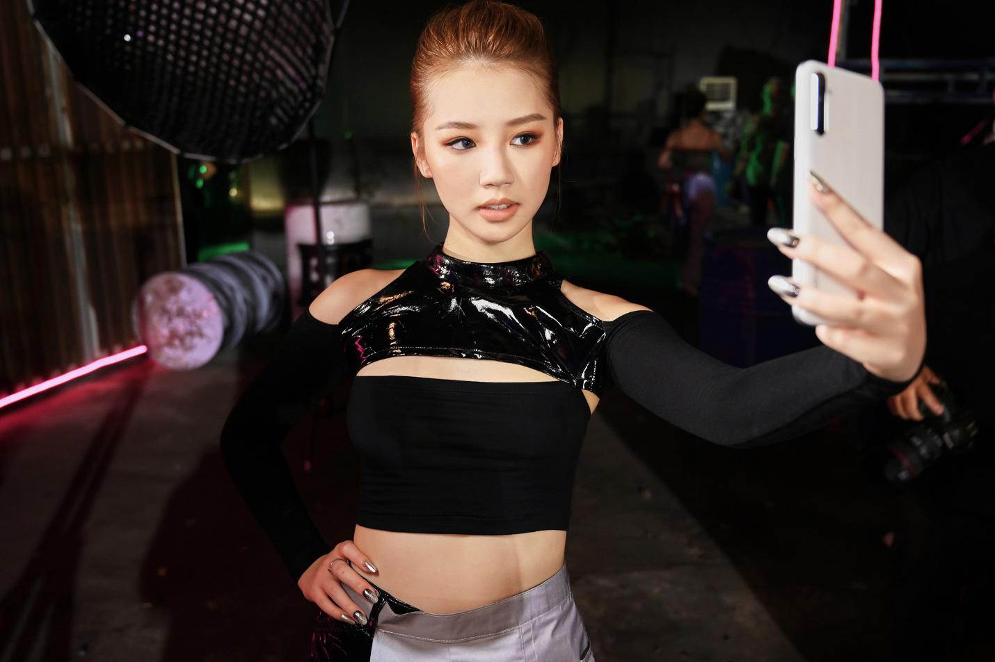 Amee xinh bá đạo trong hậu trường MV Yêu Thì Yêu Không Yêu Thì Yêu - Ảnh 6.