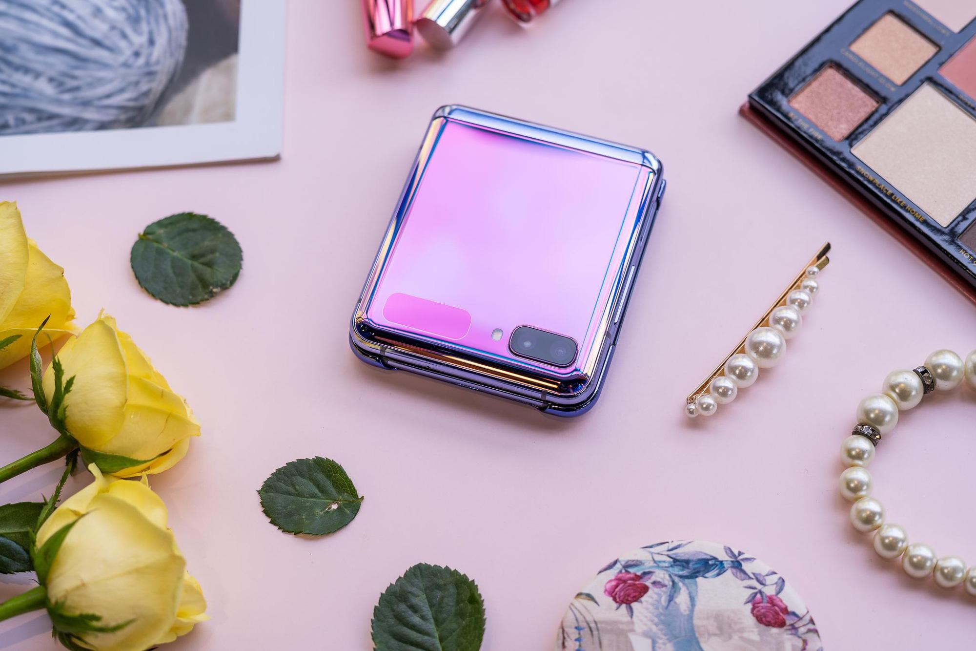 Smartphone màn hình gập đang chinh phục tín đồ thời trang và định nghĩa trải nghiệm dùng hoàn toàn mới - Ảnh 1.