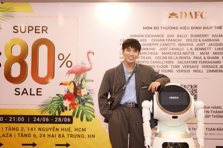 Nóng: Quỳnh Anh Shyn gợi cảm, cá tính lắc lư theo điệu nhạc cùng robot tại DAFC Private Sale - Ảnh 6.