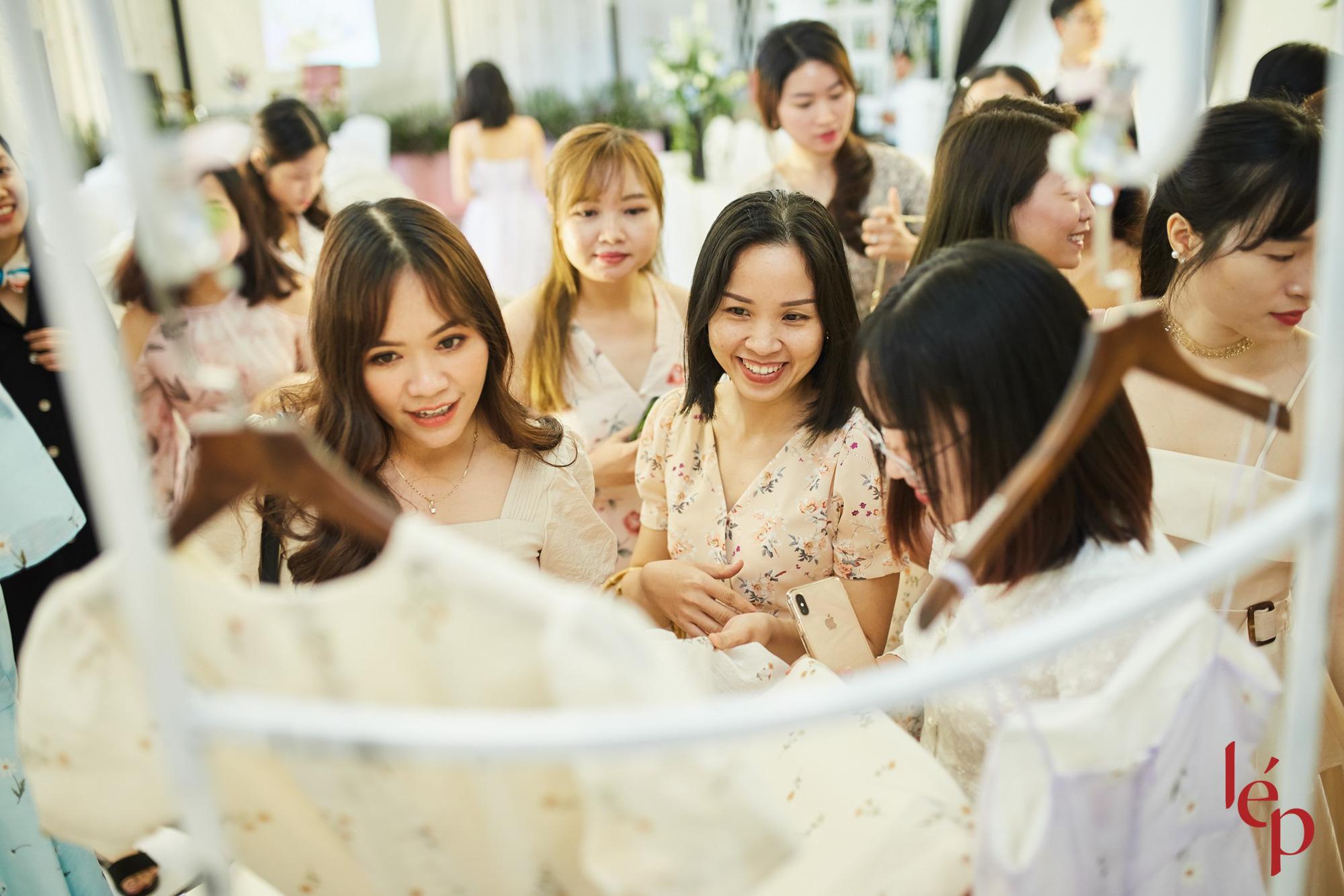 Lep' - Brand nổi tiếng với những chiếc váy hoa cùng khách hàng thiết kế họa trên lụa - Ảnh 8.