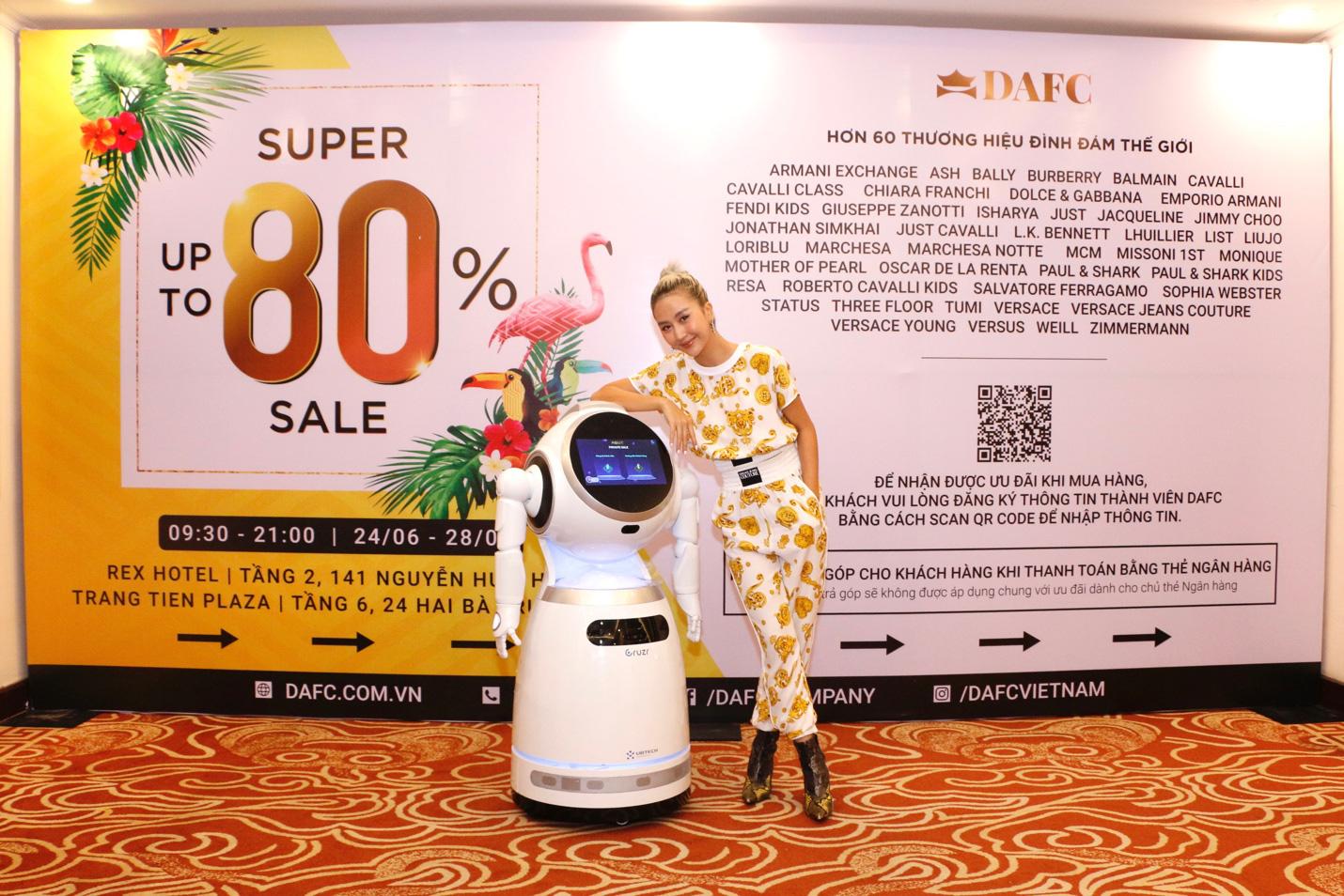 Nóng: Quỳnh Anh Shyn gợi cảm, cá tính lắc lư theo điệu nhạc cùng robot tại DAFC Private Sale - Ảnh 5.