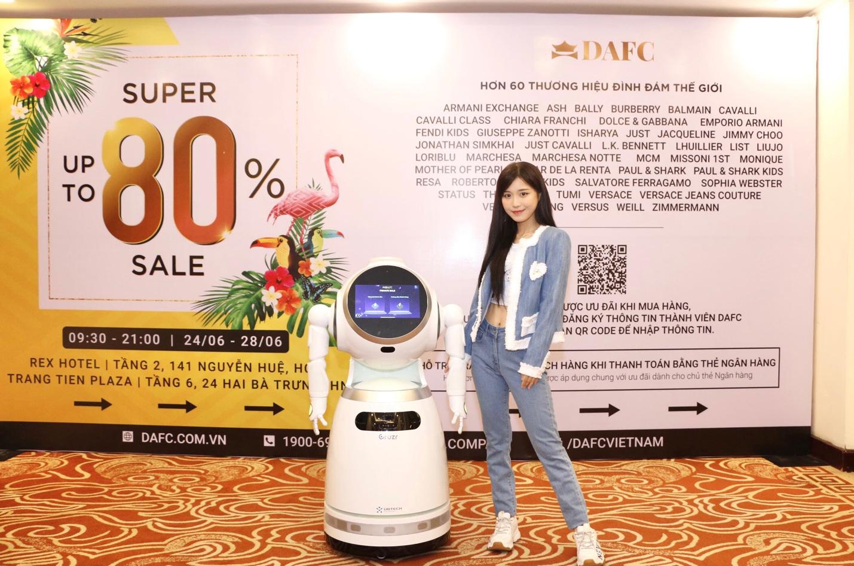 Nóng: Quỳnh Anh Shyn gợi cảm, cá tính lắc lư theo điệu nhạc cùng robot tại DAFC Private Sale - Ảnh 7.