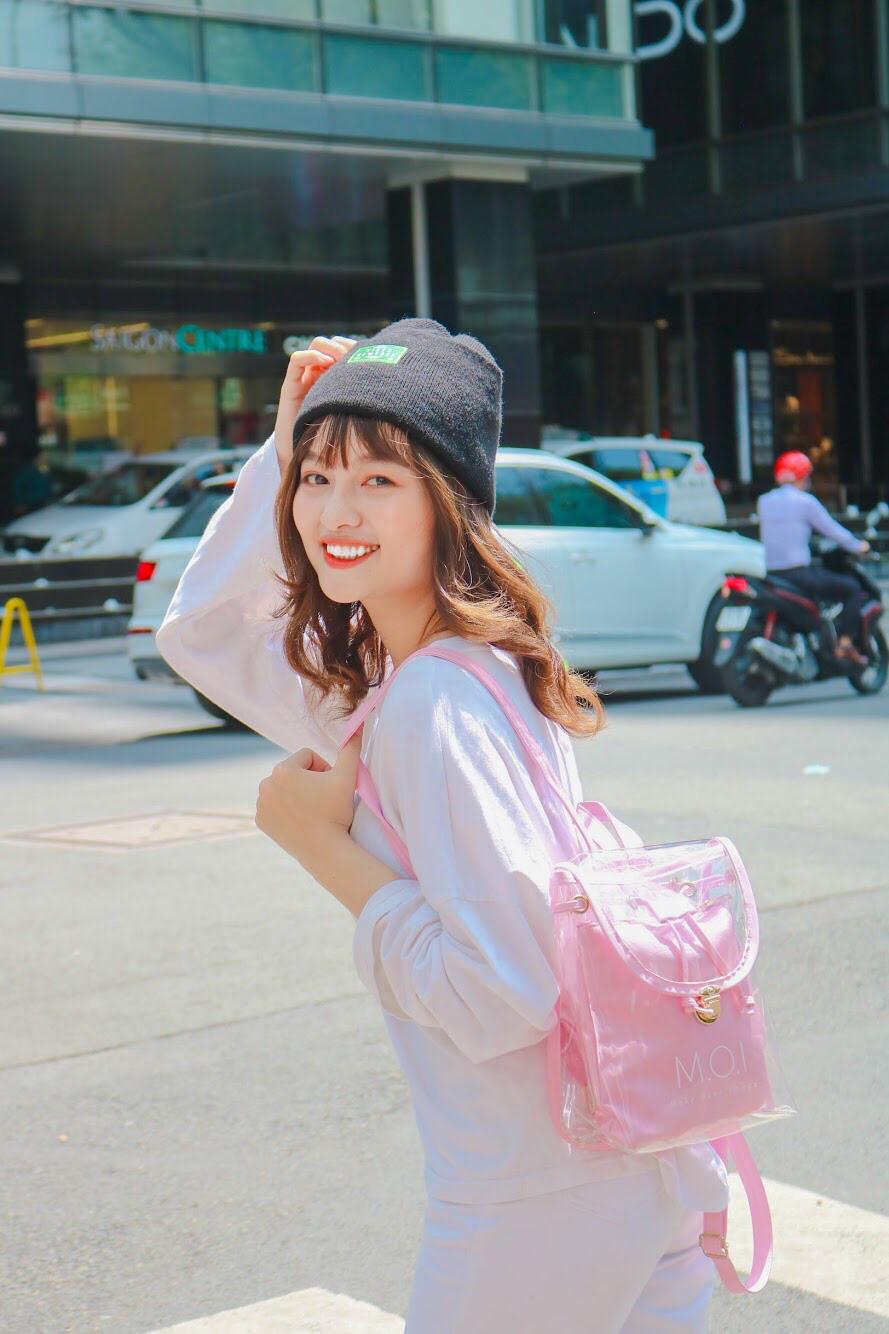 """Vô tình đeo """"balo ngược"""", Hà Hồ lại tạo trend ngọt lịm cho item mùa hè năng động năm nay - Ảnh 3."""