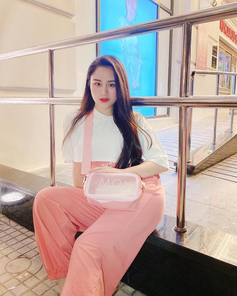 """Vô tình đeo """"balo ngược"""", Hà Hồ lại tạo trend ngọt lịm cho item mùa hè năng động năm nay - Ảnh 4."""