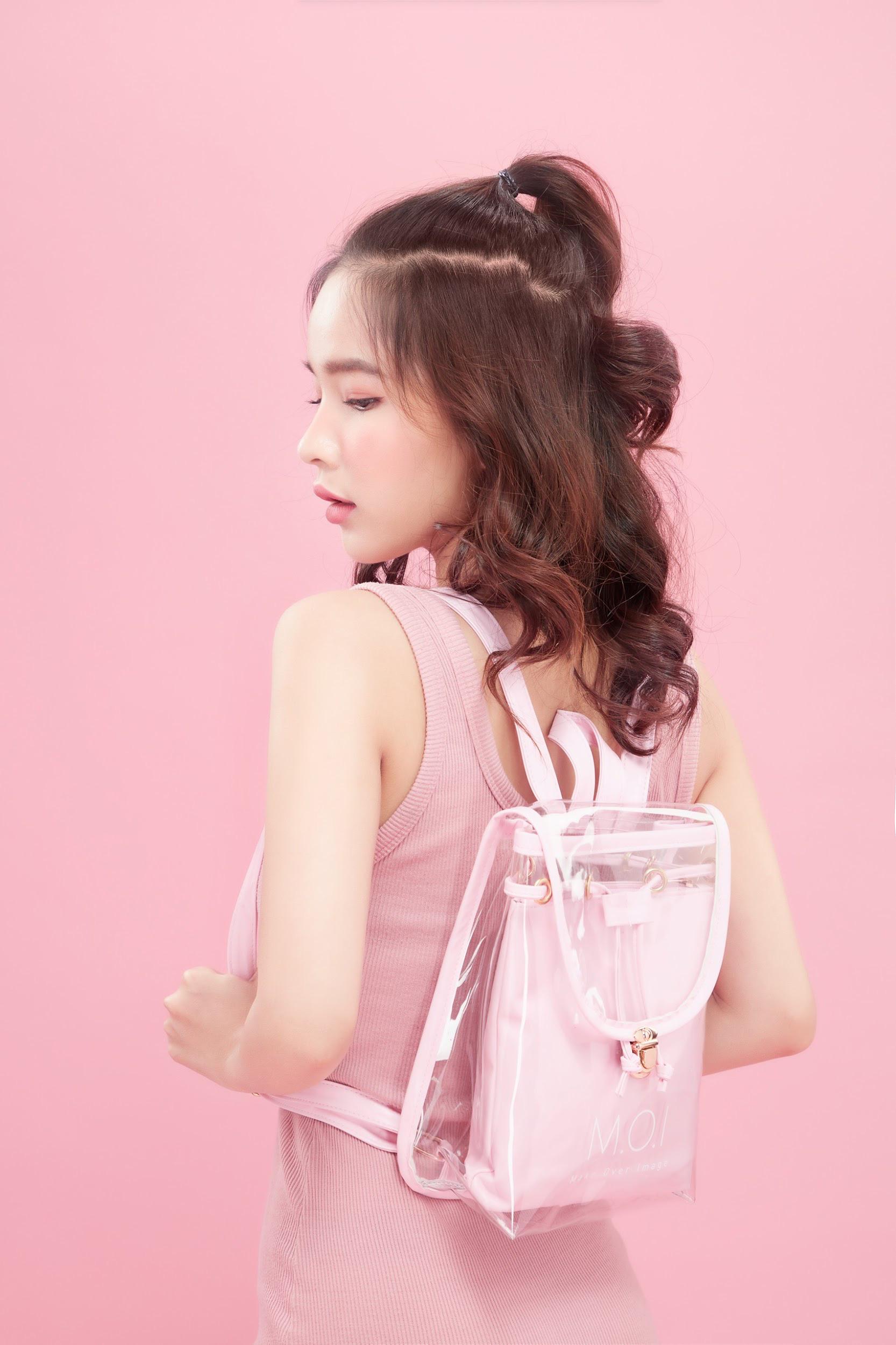 """Vô tình đeo """"balo ngược"""", Hà Hồ lại tạo trend ngọt lịm cho item mùa hè năng động năm nay - Ảnh 8."""