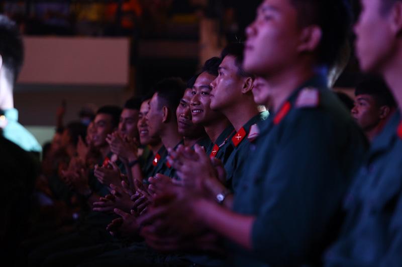 """Xúc động với chia sẻ của Châu Bùi cùng đại diện các chiến sĩ tuyến đầu chống dịch trong Đêm nhạc tri ân """"Khi ta sống"""" - Ảnh 3."""