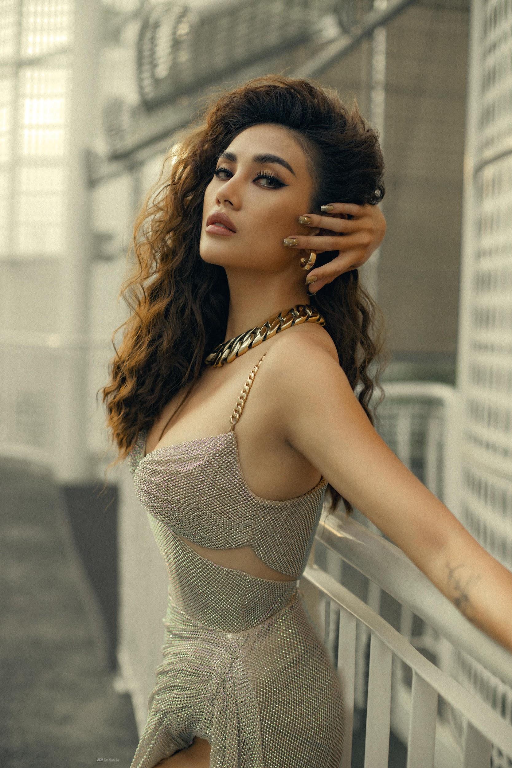 Đầu tư khủng không kém gì váy áo chính là kiểu tóc của dàn mỹ nhân Việt: Tẩy, uốn, vuốt keo, đính phụ kiện đều đủ cả - Ảnh 1.