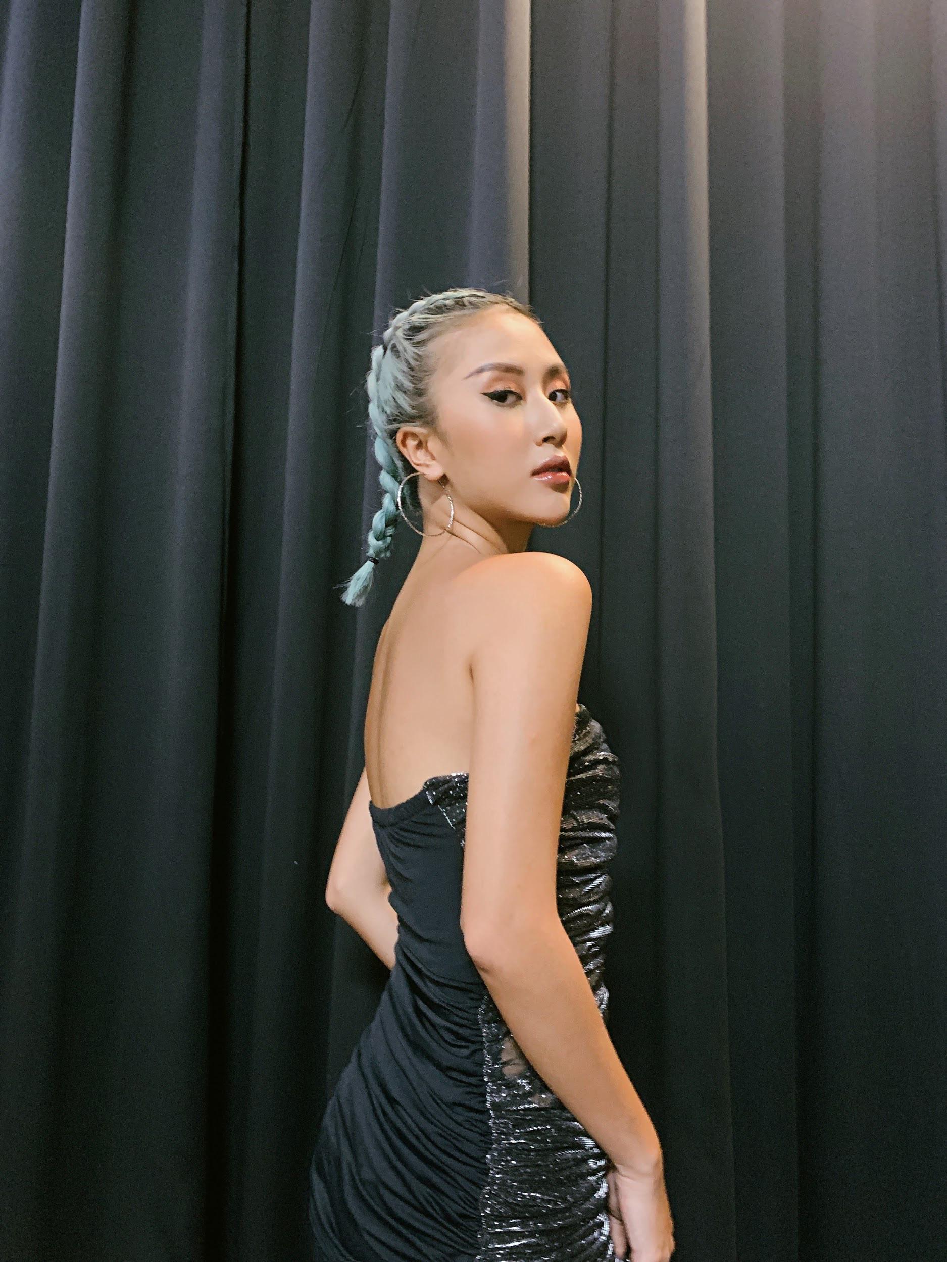 Đầu tư khủng không kém gì váy áo chính là kiểu tóc của dàn mỹ nhân Việt: Tẩy, uốn, vuốt keo, đính phụ kiện đều đủ cả - Ảnh 2.