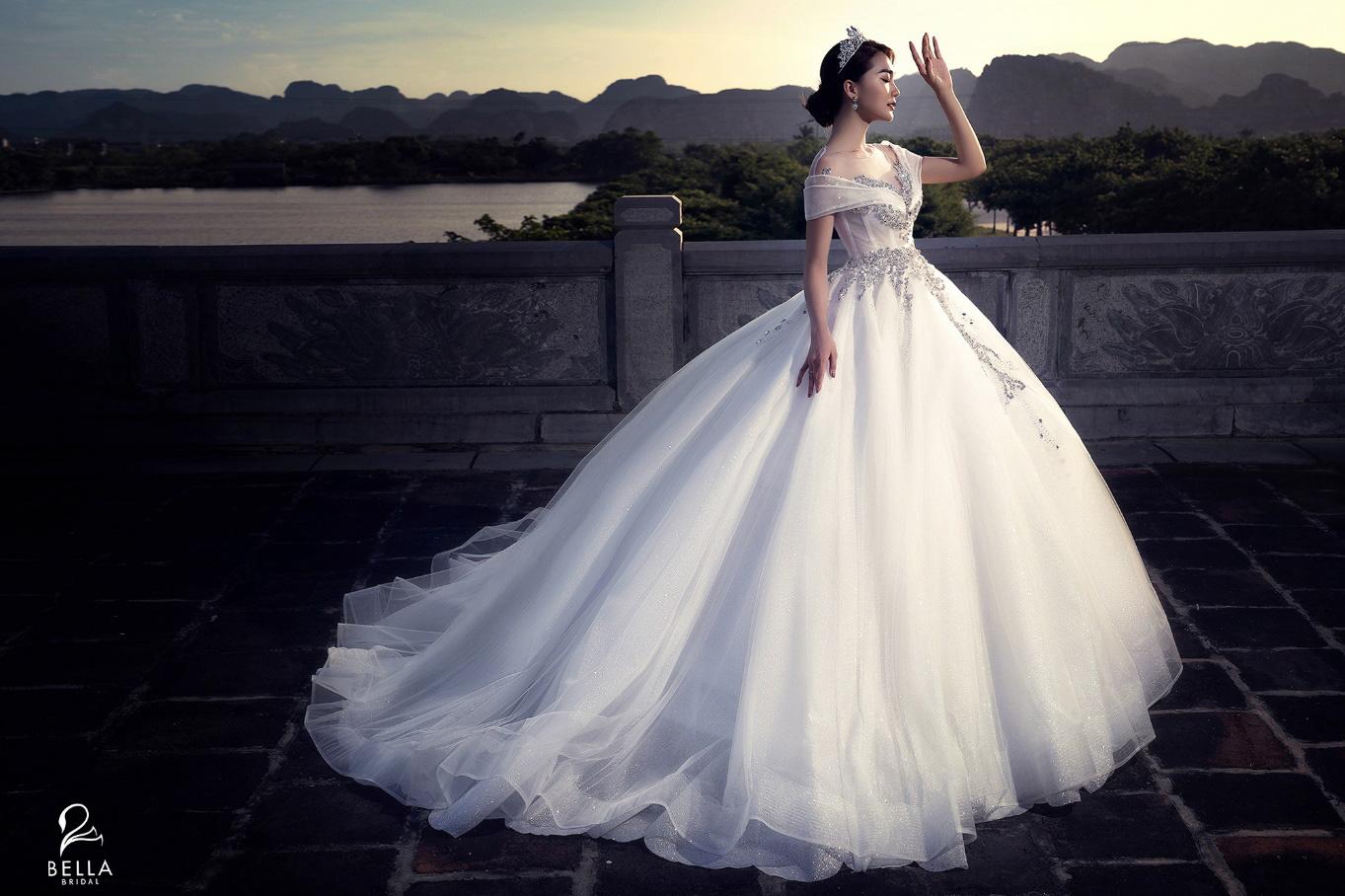 Hoa hậu ảnh Ngọc Nữ diện váy cưới kim cương trị giá gần 1 tỷ đồng hóa công chúa lộng lẫy tại sự kiện khai trương - Ảnh 1.