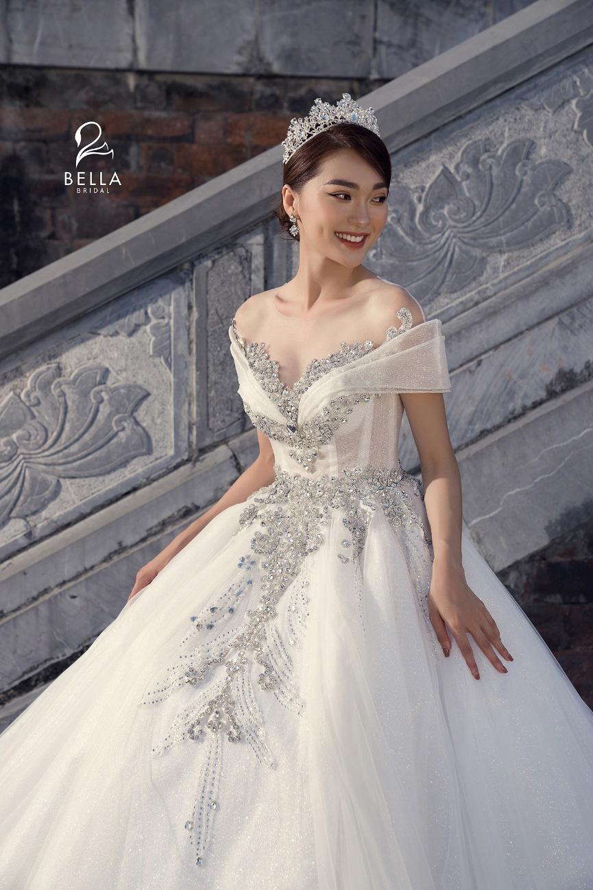 Hoa hậu ảnh Ngọc Nữ diện váy cưới kim cương trị giá gần 1 tỷ đồng hóa công chúa lộng lẫy tại sự kiện khai trương - Ảnh 2.