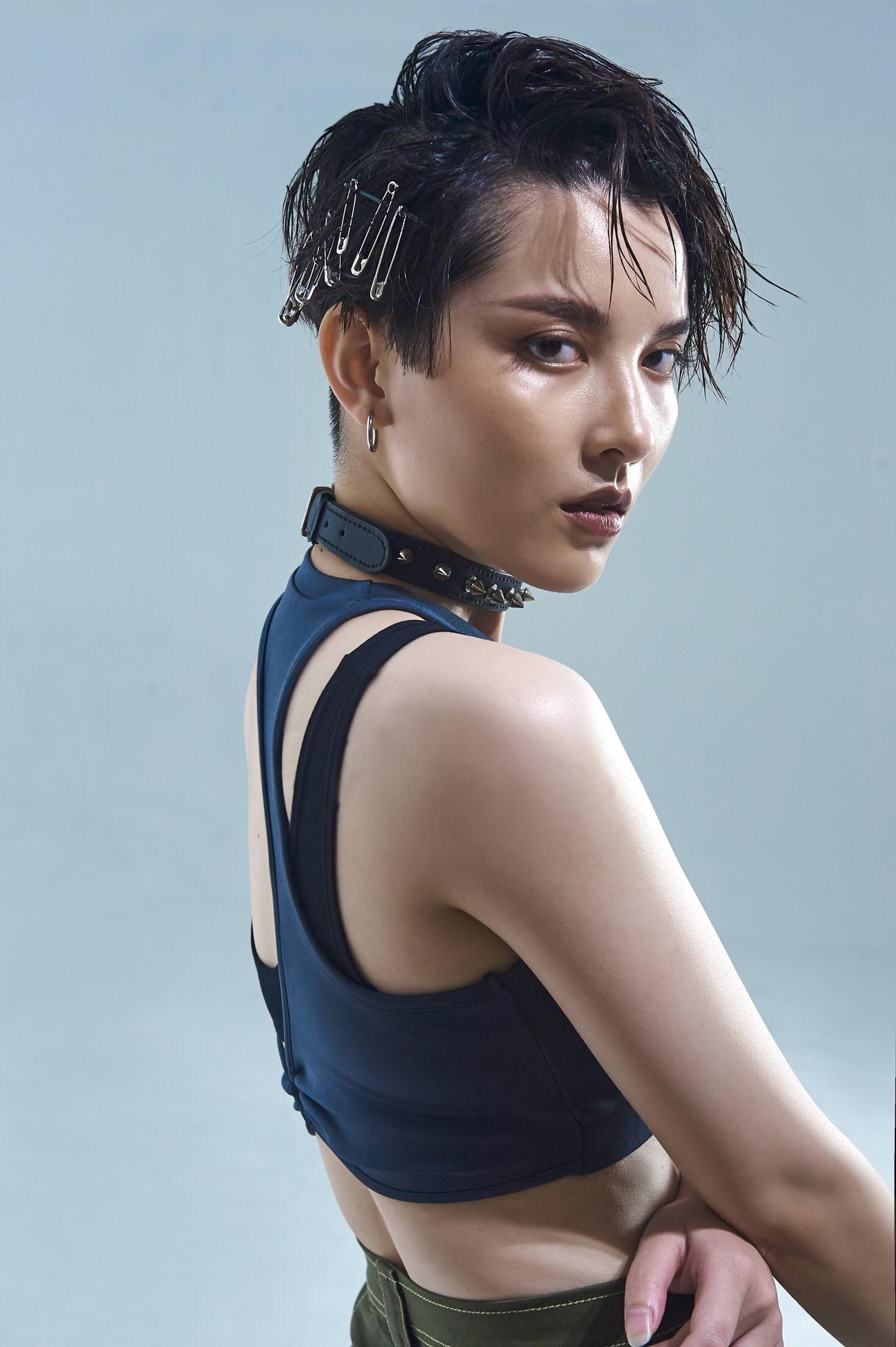 Đầu tư khủng không kém gì váy áo chính là kiểu tóc của dàn mỹ nhân Việt: Tẩy, uốn, vuốt keo, đính phụ kiện đều đủ cả - Ảnh 3.