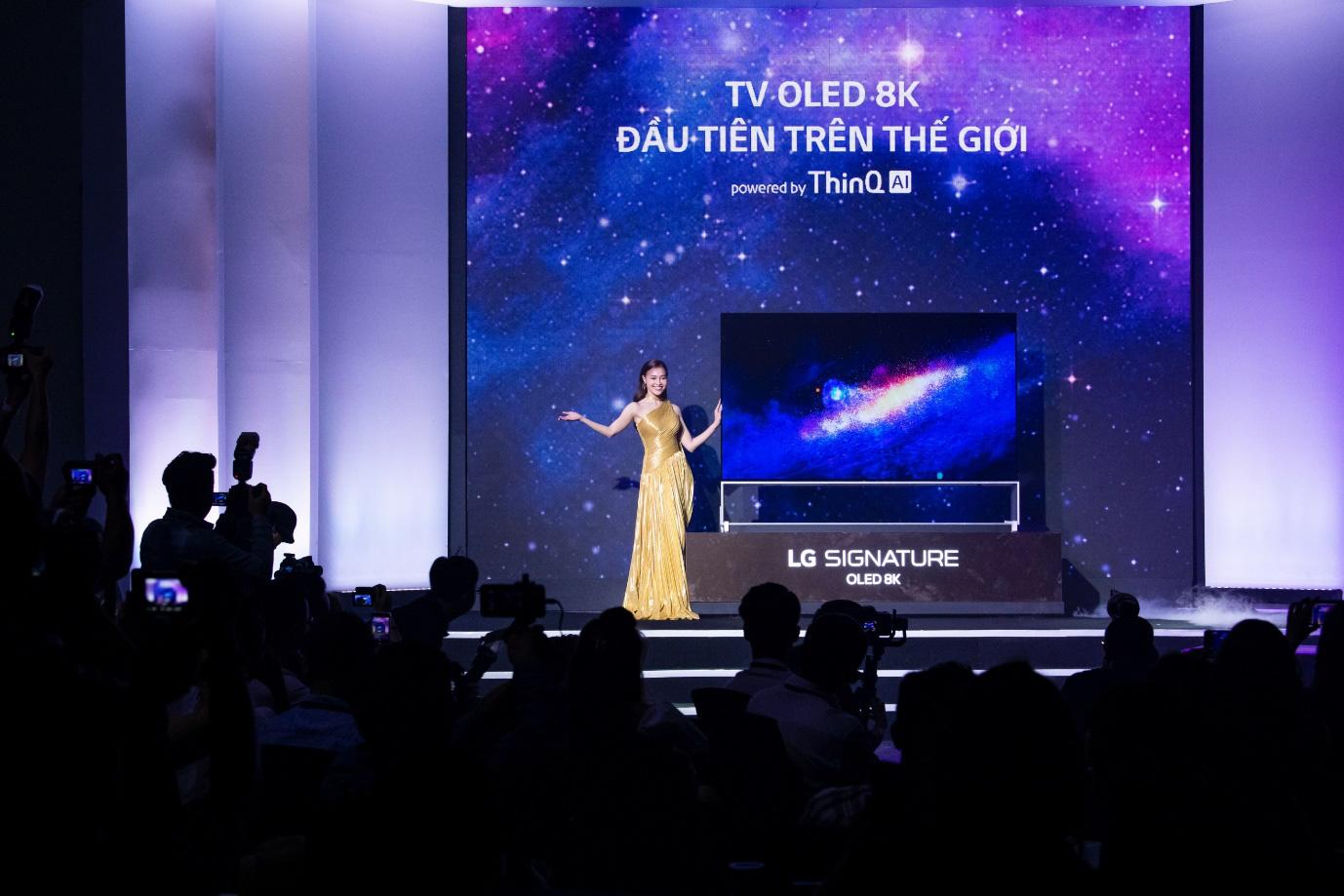 Binz, Touliver và Ninh Dương Lan Ngọc mở màn sự kiện ra mắt TV OLED 8K đầu tiên trên thế giới - Ảnh 1.