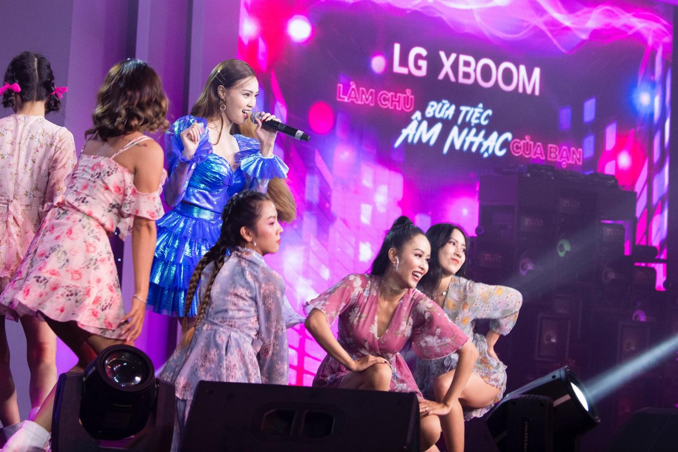 Binz, Touliver và Ninh Dương Lan Ngọc mở màn sự kiện ra mắt TV OLED 8K đầu tiên trên thế giới - Ảnh 2.