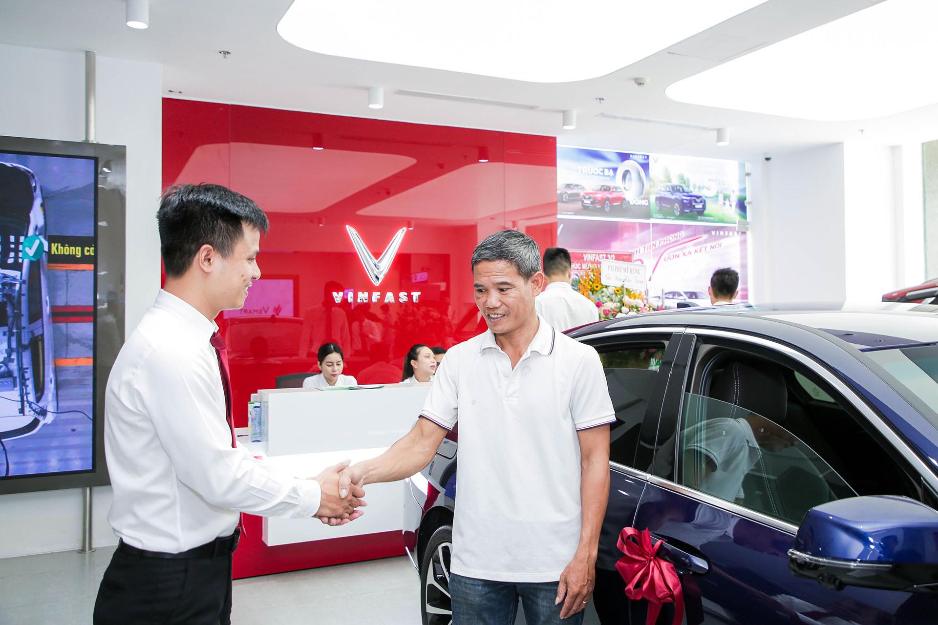 VinFast lập kỷ lục khai trương 27 showroom trong một ngày - Ảnh 8.