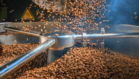 Vén màn bí mật quy trình sản xuất cà phê lon - Ảnh 1.