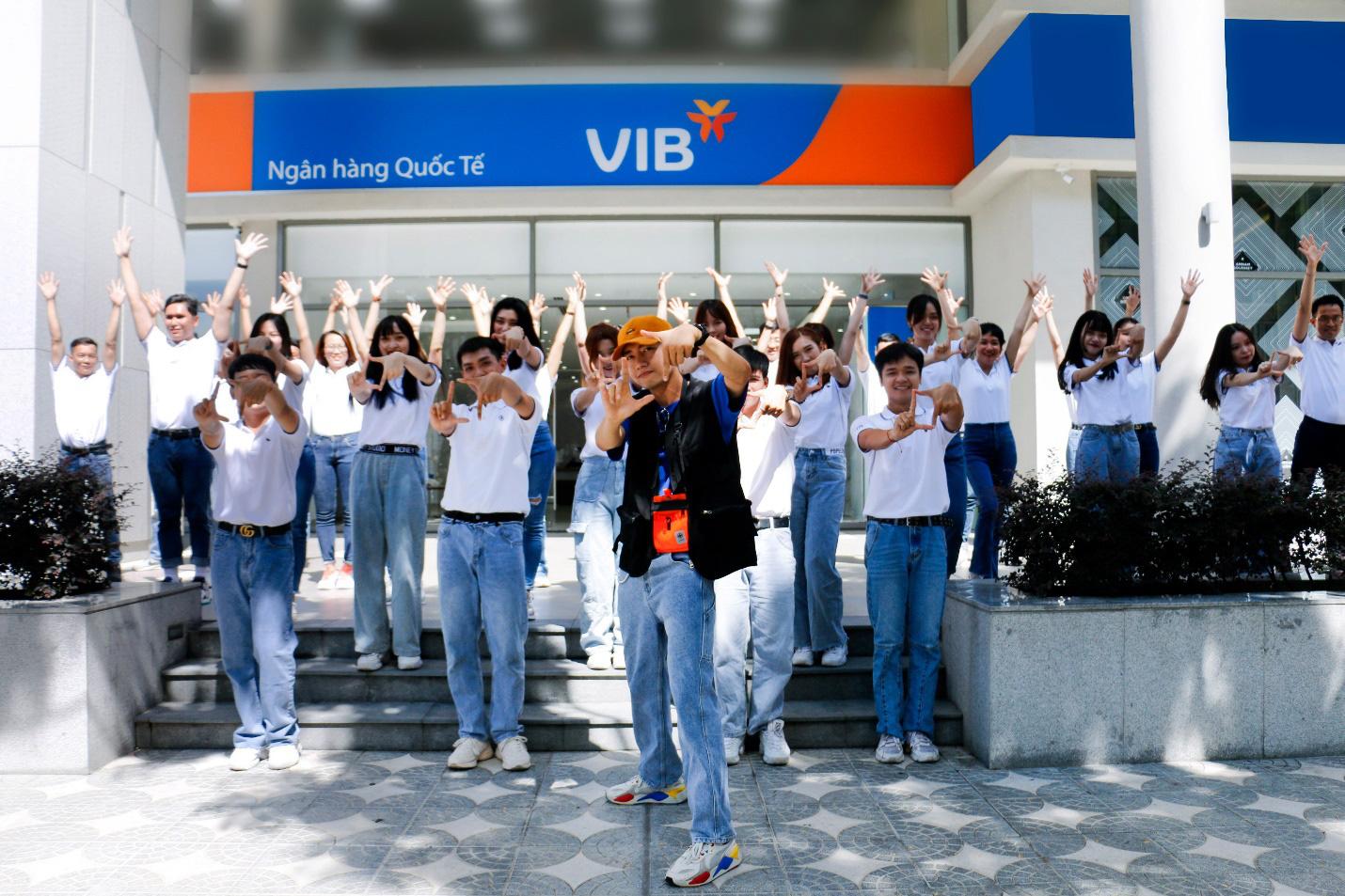 Điệu nhảy Online Plus của Quang Đăng làm dậy sóng mạng xã hội, Hòa Minzy cũng cover theo - Ảnh 1.