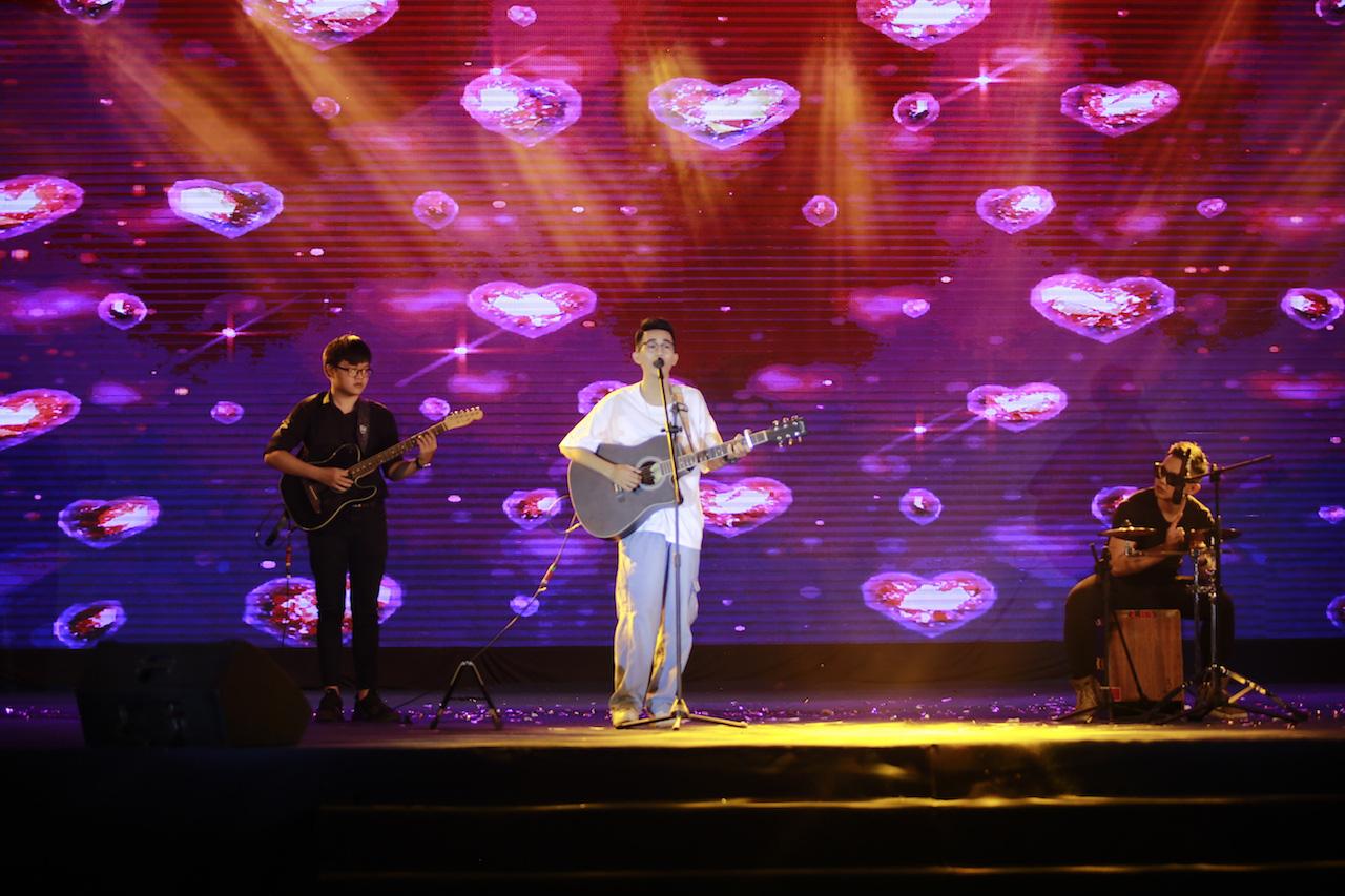 Mất chưa đến 5 phút đàn hát, nam sinh Quảng Bình chinh phục học bổng hàng trăm triệu đồng của ĐH FPT - Ảnh 7.