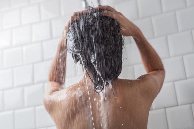5 hành động khiến tóc bị gãy rụng thấy thương, khiến chị em lăn tăn mỗi ngày - Ảnh 1.