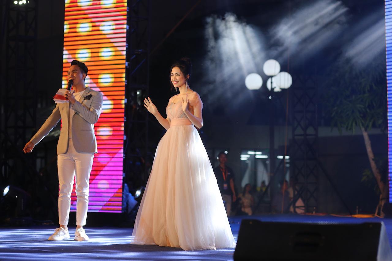 Ngẫu hứng song mic, Hoà Minzy khen thí sinh Học bổng tài năng ĐH FPT hát không thua kém ca sĩ chuyên nghiệp - Ảnh 1.