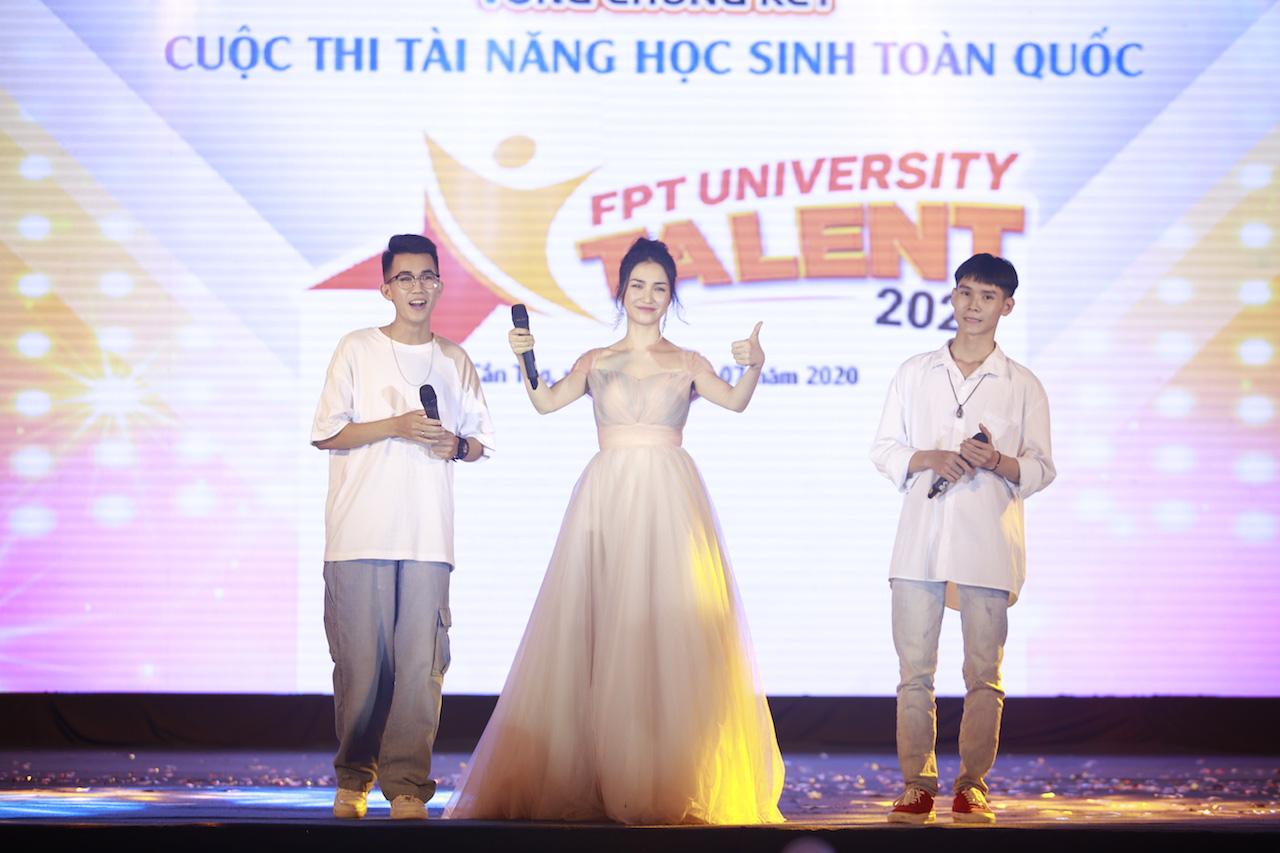 Ngẫu hứng song mic, Hoà Minzy khen thí sinh Học bổng tài năng ĐH FPT hát không thua kém ca sĩ chuyên nghiệp - Ảnh 2.
