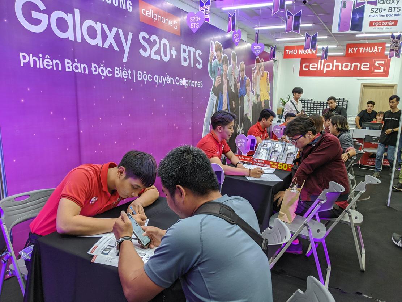 """Chiêu đãi fan bằng """"đêm hội"""" Galaxy S20+ BTS, CellphoneS đông kín người vào rạng sáng - Ảnh 1."""