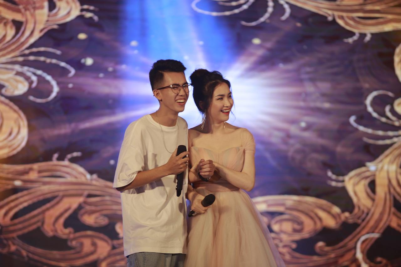 Ngẫu hứng song mic, Hoà Minzy khen thí sinh Học bổng tài năng ĐH FPT hát không thua kém ca sĩ chuyên nghiệp - Ảnh 3.