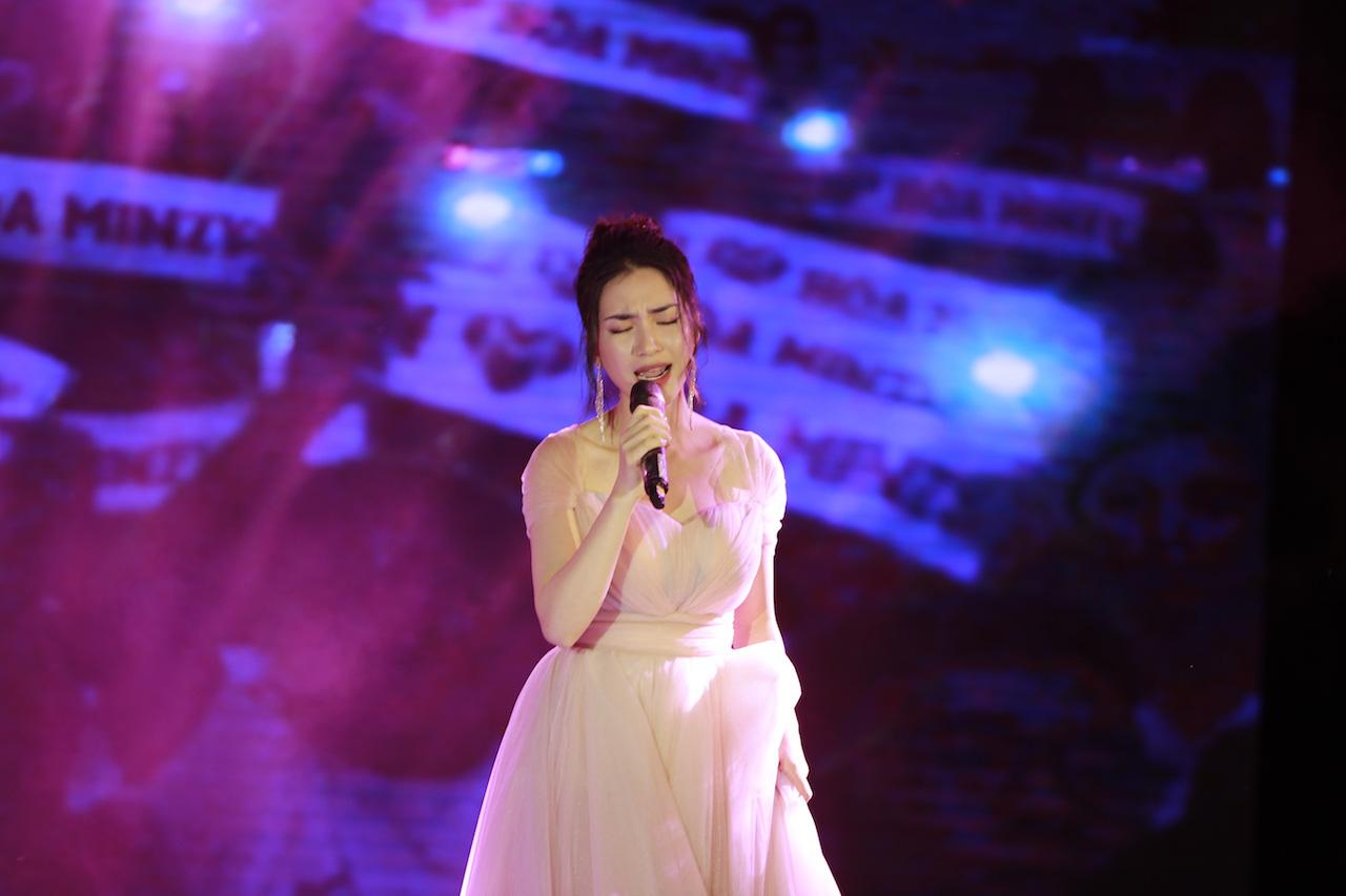 Ngẫu hứng song mic, Hoà Minzy khen thí sinh Học bổng tài năng ĐH FPT hát không thua kém ca sĩ chuyên nghiệp - Ảnh 4.