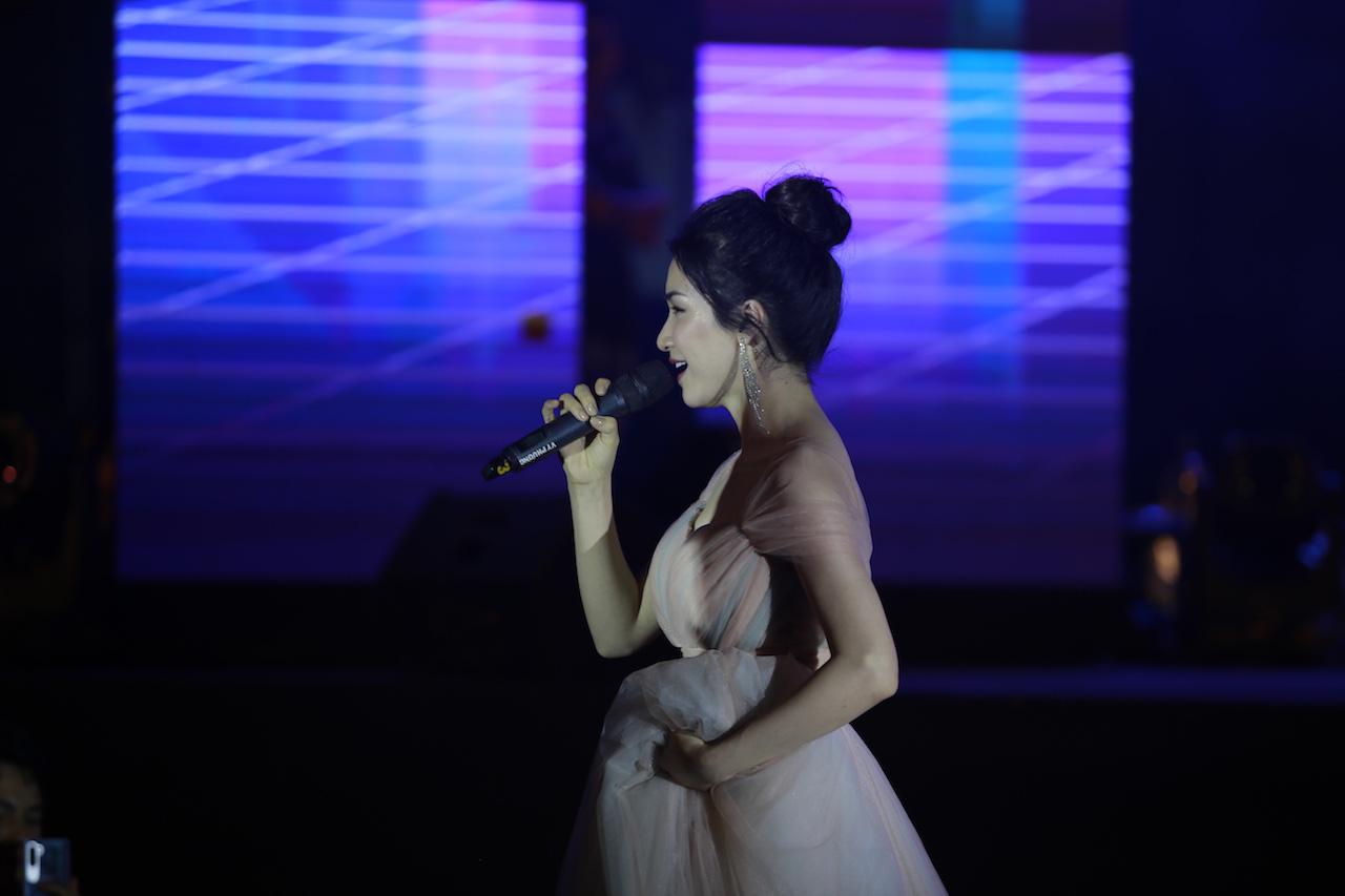 Ngẫu hứng song mic, Hoà Minzy khen thí sinh Học bổng tài năng ĐH FPT hát không thua kém ca sĩ chuyên nghiệp - Ảnh 5.