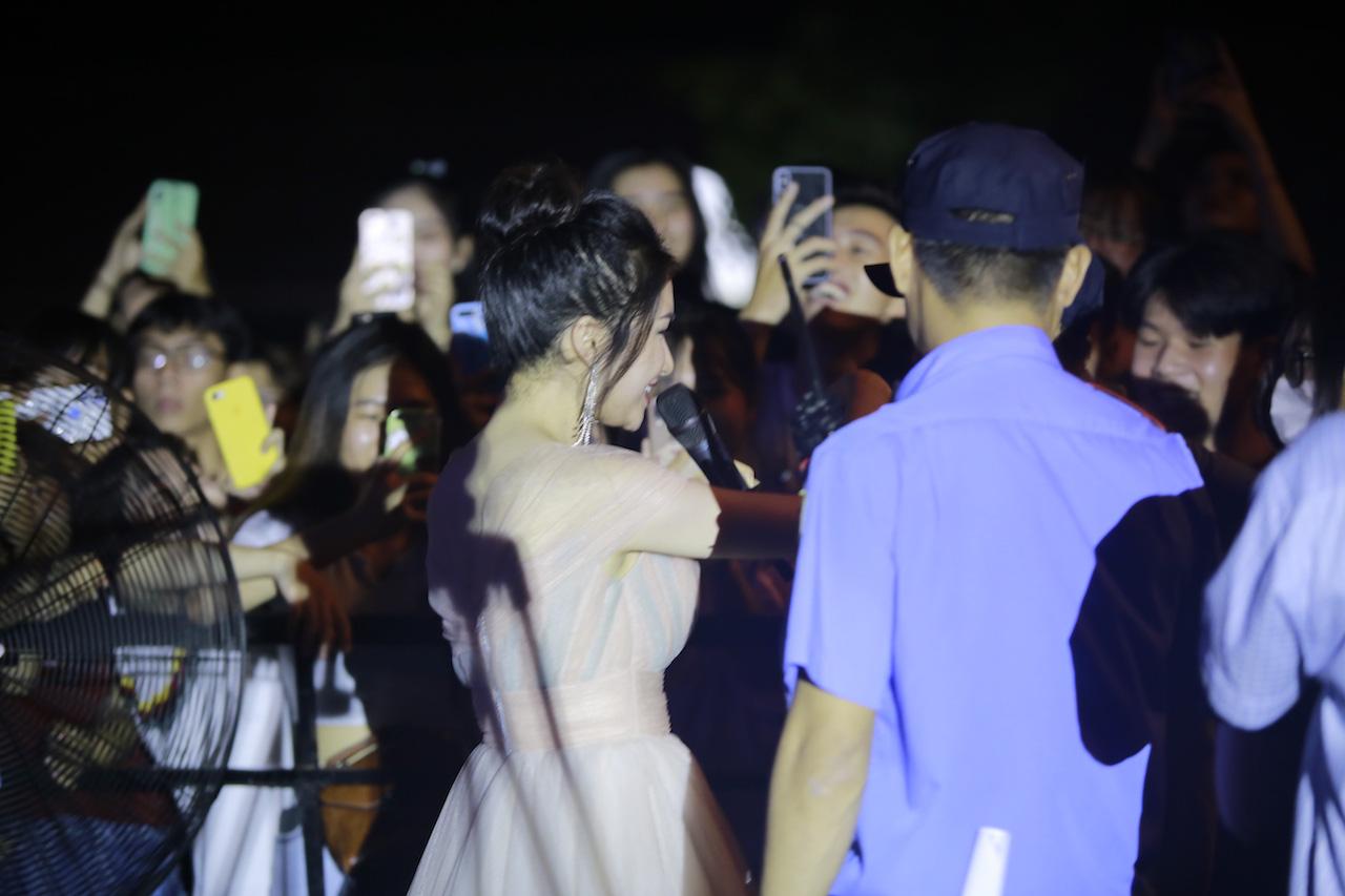 Ngẫu hứng song mic, Hoà Minzy khen thí sinh Học bổng tài năng ĐH FPT hát không thua kém ca sĩ chuyên nghiệp - Ảnh 6.