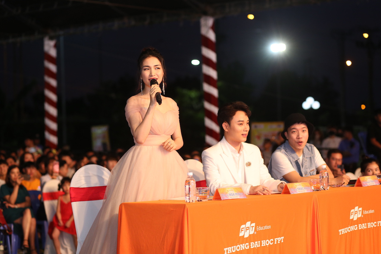 Ngẫu hứng song mic, Hoà Minzy khen thí sinh Học bổng tài năng ĐH FPT hát không thua kém ca sĩ chuyên nghiệp - Ảnh 7.