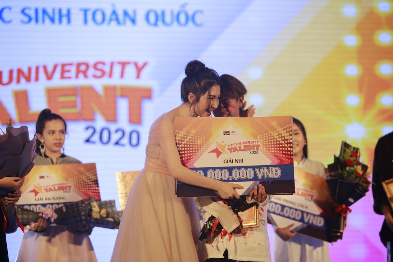 Ngẫu hứng song mic, Hoà Minzy khen thí sinh Học bổng tài năng ĐH FPT hát không thua kém ca sĩ chuyên nghiệp - Ảnh 9.