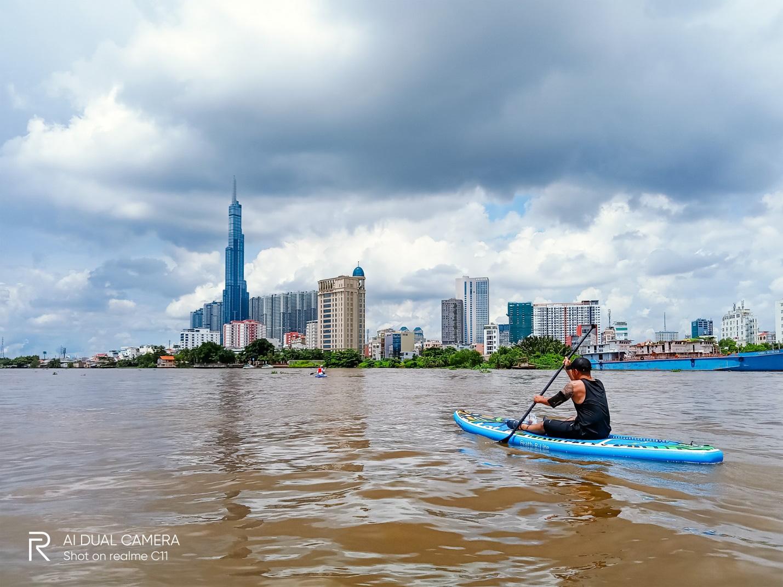 """""""Phiêu lưu"""" sông Sài Gòn chơi thuyền SUP cùng Realme C11 - Ảnh 5."""