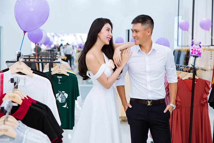 Vợ chồng Công Vinh và Thủy Tiên tình tứ đi mua sắm ngày cuối tuần - Ảnh 1.