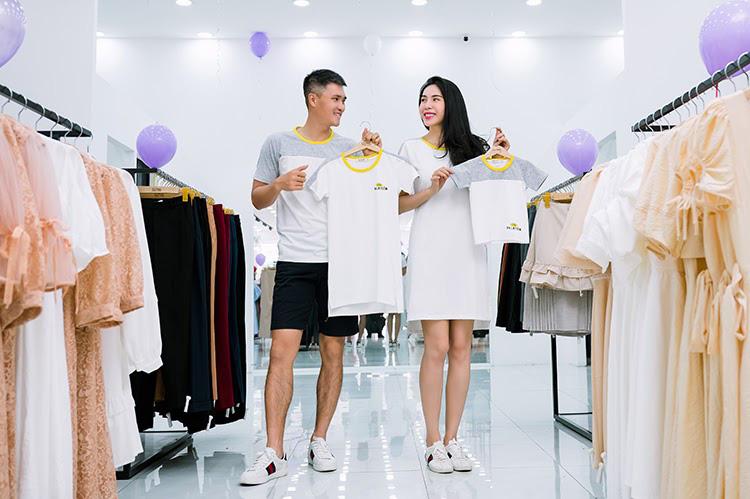 Vợ chồng Công Vinh và Thủy Tiên tình tứ đi mua sắm ngày cuối tuần - Ảnh 2.
